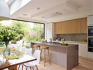 Kitchen, dining room and garden in one Holloways of Ludlow Bespoke Kitchens & Cabinetry Modern Mutfak Ahşap Gri