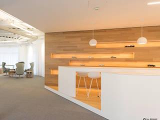 Einrichtung für ein Bürogebäude herpich & rudorf GmbH + Co. KG Moderne Bürogebäude Holz Weiß