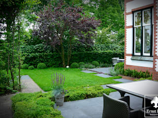 Classic style garden by Ernst Baas Hoveniers B.V. / Ernst Baas Tuininrichting B.V. Classic