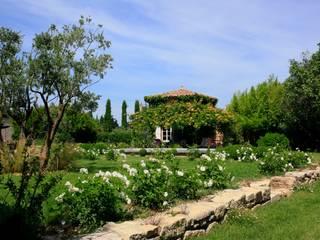Taman oleh CONCEPTUELLES PAYSAGE ET DECORATION, Mediteran