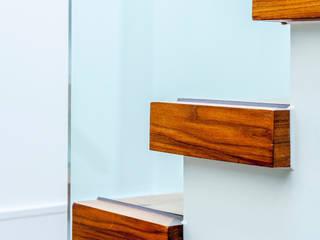 Canford Cliffs, Poole, Dorset Pasillos, vestíbulos y escaleras de estilo moderno de David James Architects & Partners Ltd Moderno