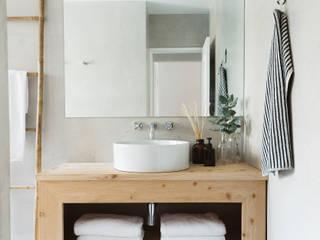Remodelação de apartamento: Casas de banho modernas por Architect Your Home