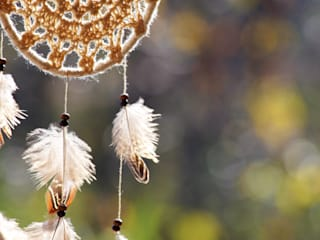 Attrape-rêves amérindien, napperon crochet écru et plumes naturelles de faisan par SARAYANA Éclectique