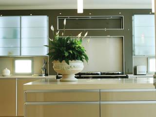 Halstead Kitchen:  Kitchen by Diane Berry Kitchens