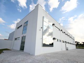 Escritórios  por Habitat Arquitetos