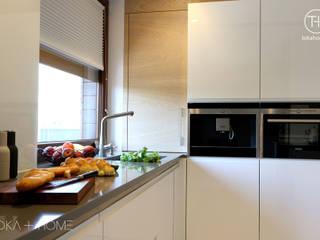 ZGODNIE Z PLANEM- biała kuchnia z drewnem Nowoczesna kuchnia od TOKA + HOME Nowoczesny