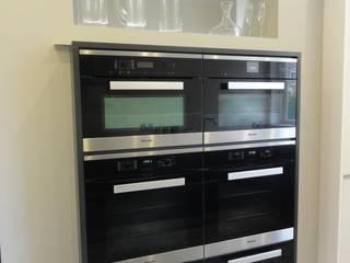 Hough Kitchen:  Kitchen by Diane Berry Kitchens