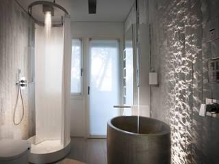 Marmo Lasa a spacco: Bagno in stile  di BHC Home experience