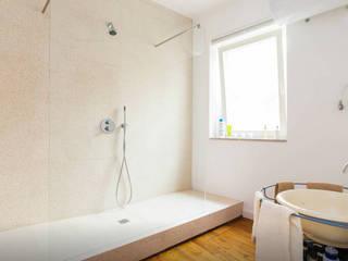 Salle de bains de style  par FORA Arquitectos, Moderne