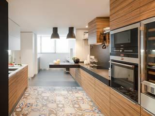 Beleza intemporal Cozinhas ecléticas por FABRI Eclético