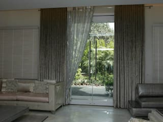 Formal living room.:  Living room by Tanish Design