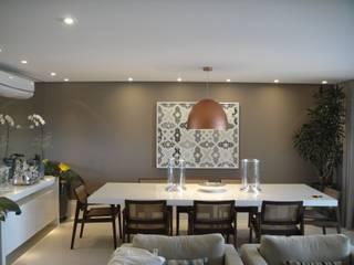 Apartamento residencial - The Gift: Salas de jantar  por Benassi & Seppe