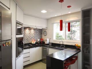 Modern kitchen by Luciana Ribeiro Arquitetura Modern