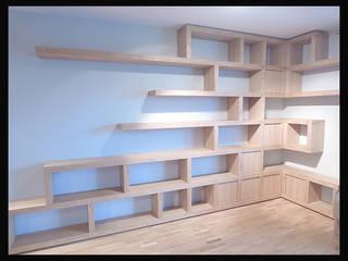 Biblioteczka w salonie: styl , w kategorii  zaprojektowany przez Cellaio
