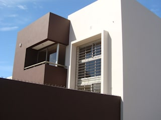 Minimalistische Häuser von Brarda Roda Arquitectos Minimalistisch