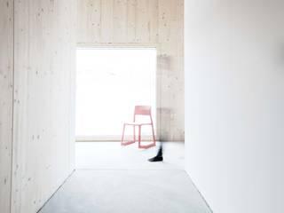 Minimalist corridor, hallway & stairs by Studio für Architektur Bernd Vordermeier Minimalist