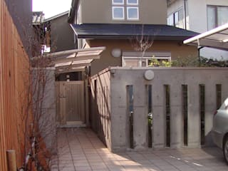 Eclectic style houses by 竹内村上ATELIER Eclectic