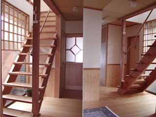 Eclectic corridor, hallway & stairs by 竹内村上ATELIER Eclectic