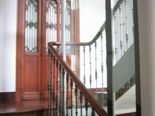 Plaza Pescadería Pasillos, vestíbulos y escaleras de estilo moderno de MIGUEL VARELA DE UGARTE, ARQUITECTO Moderno