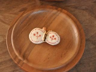 陶器ブローチ: Naoko Nakajima,が手掛けたです。