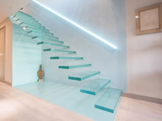 ​A single-flight cantilever staircase crafted in toughened, laminated glass Railing London Ltd Коридор