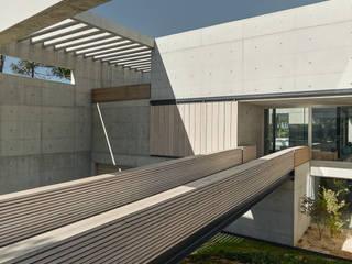 The Wall House: Corredores e halls de entrada  por guedes cruz arquitectos
