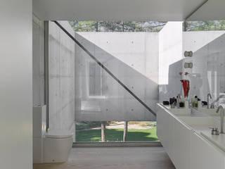 The Wall House: Casas de banho  por guedes cruz arquitectos,Minimalista