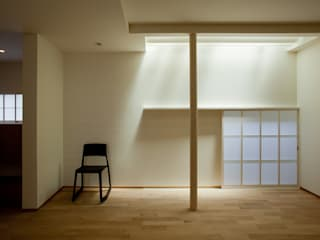 Livings de estilo moderno de 辻健二郎建築設計事務所 Moderno