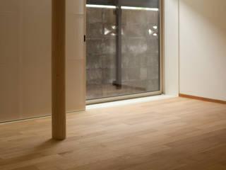 Moderne woonkamers van 辻健二郎建築設計事務所 Modern