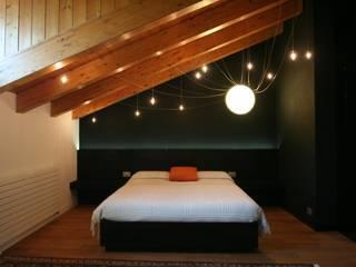 Abitazione privata - Trisobbio: Camera da letto in stile  di Antonio Locati - Studio di Architettura