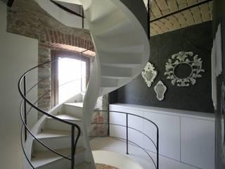 Abitazione privata - Trisobbio: Ingresso & Corridoio in stile  di Antonio Locati - Studio di Architettura