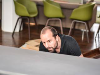 TAVOLO DI ALFONSO: moderne Esszimmer von Who Cares?! Design