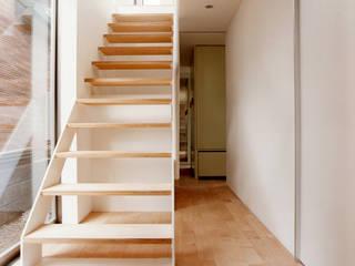 Minimalist corridor, hallway & stairs by hamanakadesignstudio Minimalist