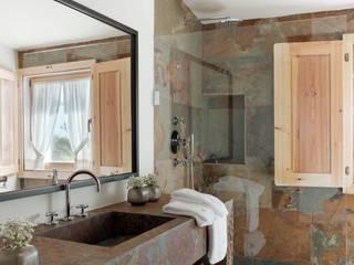 SOUTHERN COMFORT: Casas de banho rústicas por SA&V - SAARANHA&VASCONCELOS