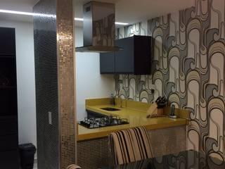 Sala com cozinha gourmet: Salas de estar  por Verônica Oliveira