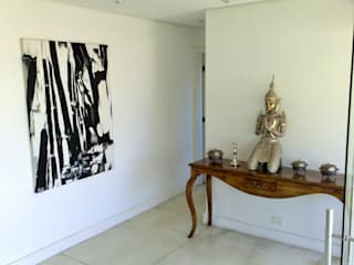 Casa nas alturas: Corredores e halls de entrada  por Luciani e Associados Arquitetura,Moderno