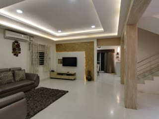 DUPLEX VILLA INTERIORS WITH ROYAL TOUCH Eclectic style living room by KREATIVE HOUSE Eclectic
