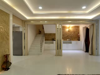DUPLEX VILLA INTERIORS WITH ROYAL TOUCH Eclectic style corridor, hallway & stairs by KREATIVE HOUSE Eclectic