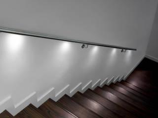 Escaliers & Garde-corps en LED: Couloir et hall d'entrée de style  par Passion Bois
