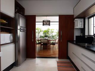 Cozinha e Sala Jantar: Cozinhas  por Arabesco Arquitetura
