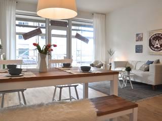 Maritime Musterwohnung: moderne Esszimmer von Karin Armbrust - Home Staging