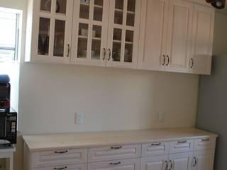 キッチン背面収納: ポプリローカルファニチャーが手掛けた折衷的なです。,オリジナル