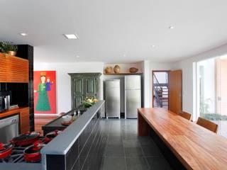 Modern kitchen by Carlos Salles Arquitetura e Interiores Modern