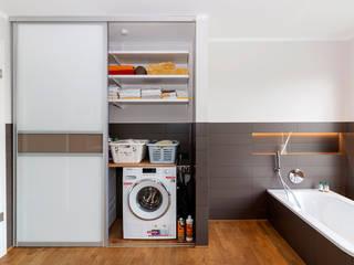 Ванная комната в стиле модерн от Elfa Deutschland GmbH Модерн Дерево Эффект древесины