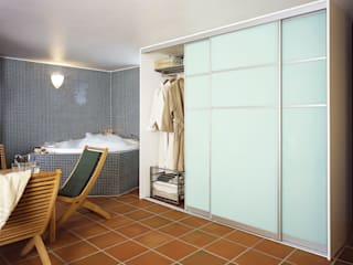 Baños de estilo moderno de Elfa Deutschland GmbH Moderno Vidrio