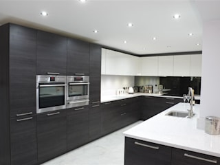 Another one of our finished bespoke kitchens. Nhà bếp phong cách hiện đại bởi PTC Kitchens Hiện đại