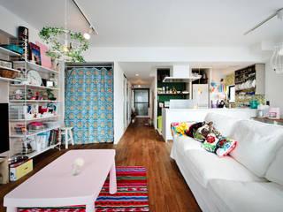 光と解放感たっぷり!色と雑貨の出会いを楽しむ、キャンバスのような住まいを実現: 株式会社スタイル工房が手掛けたです。