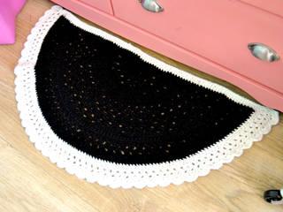 Tapis demi cercle au crochet fait main en laine epaisse blanc et noir:  de style  par Ohlala Mademoiselle