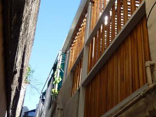 Celosía de madera de deck. Cerramiento un de patio interno.: Casas de estilo moderno por AlMargen Estudio