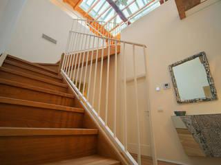studiodonizelli Pasillos, vestíbulos y escaleras de estilo moderno Madera Beige